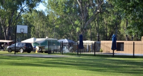 Murraybank Caravan Park Mathoura - half-court basketball and inground swimming pool